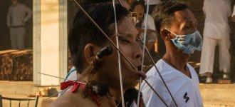 Miecze wbite w twarz, chodzenie po węglach – czyli szokujący Festiwal Wegetariański na Phuket